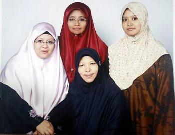 Rohaya Muhammad (Jilbab Merah)dan ketiga istri suaminya