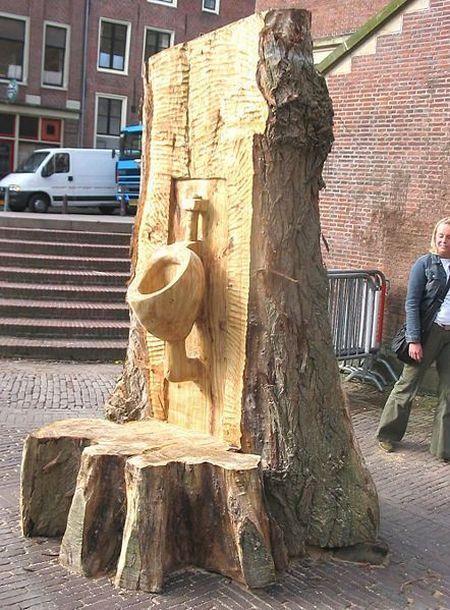 Foto Toilet dari batang pohon