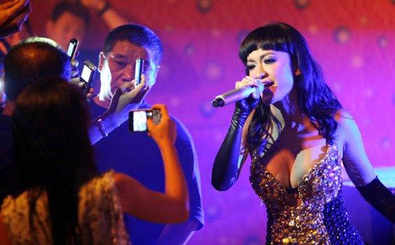 Foto Vulgar Julia Perez konser Makasar
